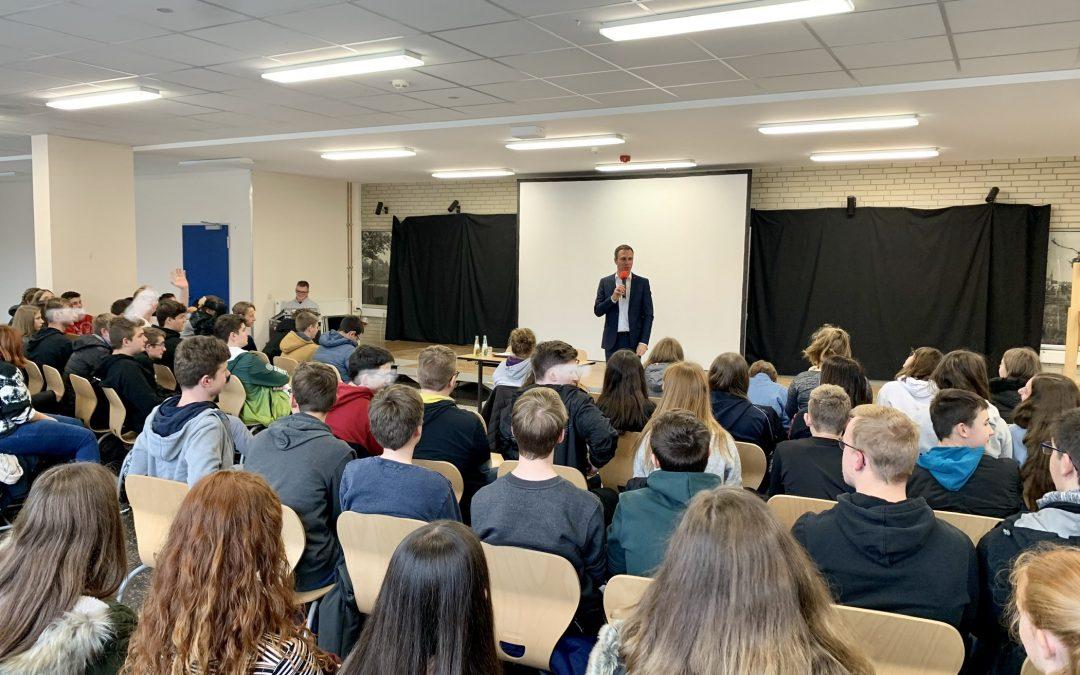 Nico Steinbach, MdL im Dialog mit Schülerinnen und Schülern zum 09. November